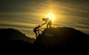 Kletterer die helfen